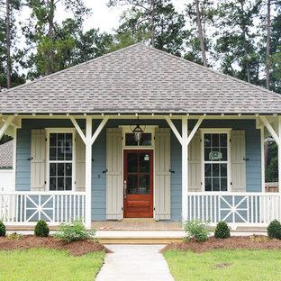 Ispirazione per la facciata di una casa blu classica a un piano di medie dimensioni con rivestimento con lastre in cemento e tetto a padiglione