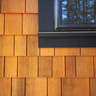 Diseño de fachada marrón, rústica, de dos plantas, con revestimiento de madera y tejado a la holandesa