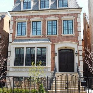 Ispirazione per la facciata di un appartamento marrone classico a tre o più piani di medie dimensioni con rivestimento in mattoni, tetto a padiglione e copertura a scandole