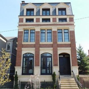 Bild på ett mellanstort vintage brunt lägenhet, med tre eller fler plan, tegel, valmat tak och tak i shingel