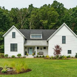 Ejemplo de fachada de casa blanca, de estilo de casa de campo, grande, de dos plantas, con tejado a dos aguas y tejado de teja de madera