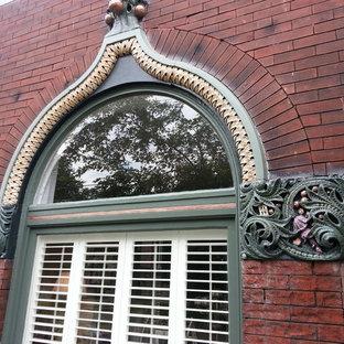 シンシナティのヴィクトリアン調のおしゃれな家の外観 (レンガサイディング、ベージュの外壁、アパート・マンション) の写真