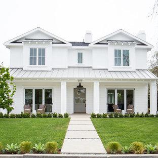 Modelo de fachada blanca, costera, de dos plantas, con tejado a dos aguas