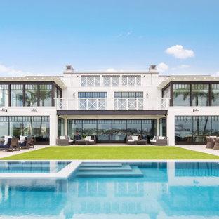 Exemple d'une très grande façade de maison blanche bord de mer à deux étages et plus.