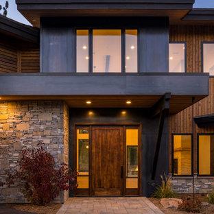 Idées déco pour une très grand façade de maison marron moderne à un étage avec un toit à deux pans.