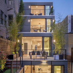 Свежая идея для дизайна: большой, деревянный, серый, четырехэтажный частный загородный дом в современном стиле - отличное фото интерьера