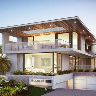 Immagine della facciata di una casa grande bianca moderna a tre o più piani con rivestimento in cemento e tetto piano