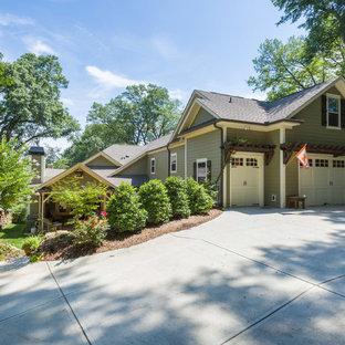 Imagen de fachada verde, de estilo americano, grande, a niveles, con revestimiento de aglomerado de cemento y tejado a dos aguas