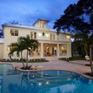 Ejemplo de fachada de casa blanca, exótica, de dos plantas, con tejado de un solo tendido