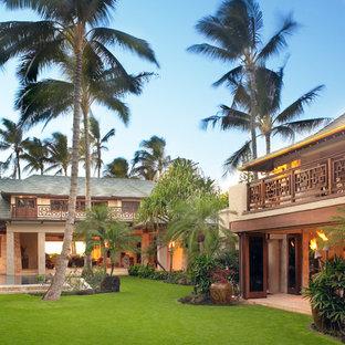 Zweistöckiges, Beigefarbenes, Großes Tropisches Haus mit Lehmfassade in Hawaii