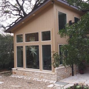 Diseño de fachada de casa amarilla, contemporánea, pequeña, de dos plantas, con revestimiento de aglomerado de cemento, tejado de un solo tendido y tejado de teja de madera