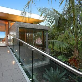 Idee per la facciata di una casa moderna con rivestimento in vetro