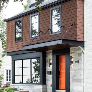 Esempio della facciata di una casa unifamiliare multicolore moderna a due piani di medie dimensioni con rivestimenti misti, tetto a capanna e copertura a scandole