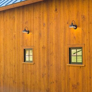 Idéer för att renovera ett stort lantligt vitt hus, med sadeltak, två våningar och vinylfasad