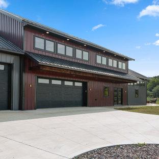 Imagen de fachada de casa multicolor, industrial, grande, de dos plantas, con revestimiento de metal, tejado a dos aguas y tejado de metal