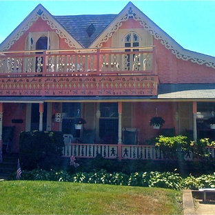 Example of a cottage chic exterior home design in Boston