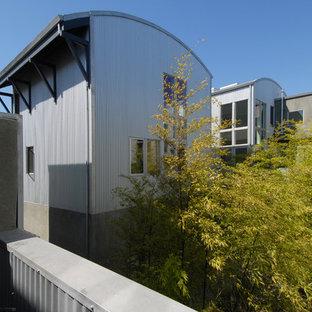 Imagen de fachada contemporánea con revestimiento de metal