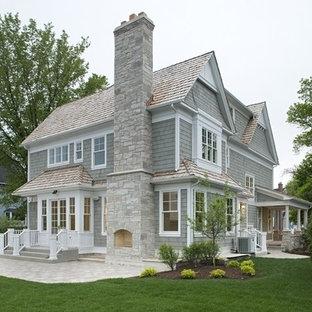 Imagen de fachada gris, costera, grande, de dos plantas, con revestimiento de madera y tejado a dos aguas