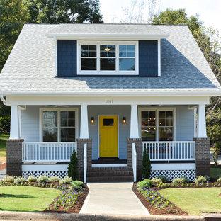Exempel på ett amerikanskt blått hus, med två våningar och sadeltak