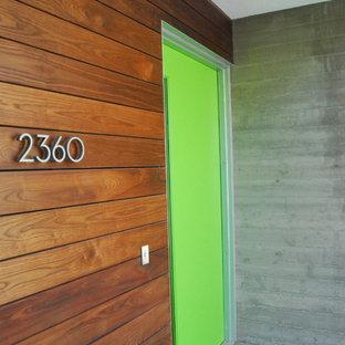 Inspiration för mellanstora moderna bruna betonghus, med två våningar och platt tak