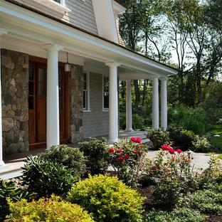Свежая идея для дизайна: большой, двухэтажный, деревянный, серый частный загородный дом в морском стиле с мансардной крышей и крышей из гибкой черепицы - отличное фото интерьера