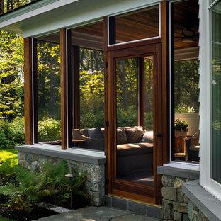 Ejemplo de fachada de casa gris, costera, grande, de dos plantas, con revestimiento de madera, tejado a doble faldón y tejado de teja de madera