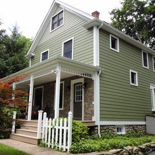 Foto de fachada verde, campestre, grande, con revestimiento de vinilo y tejado a dos aguas