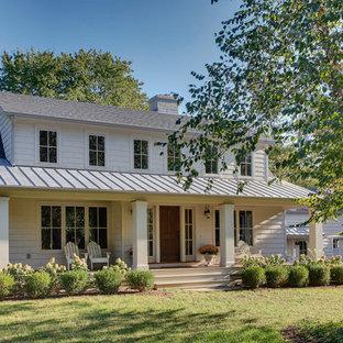 ブリッジポートのトラディショナルスタイルのおしゃれな家の外観 (木材サイディング、切妻屋根、混合材屋根) の写真