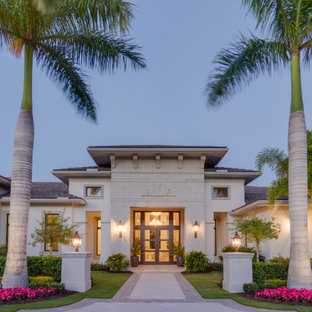 Diseño de fachada de casa beige mediterránea
