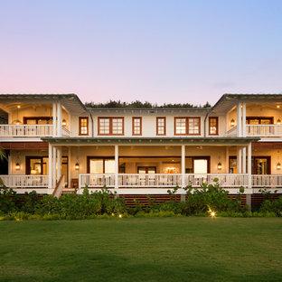 Diseño de fachada de casa blanca, exótica, de dos plantas, con revestimiento de madera y tejado a dos aguas