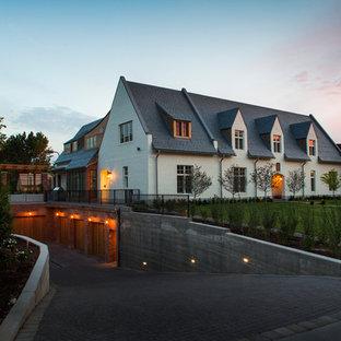 Ispirazione per la facciata di una casa ampia bianca country a due piani con rivestimento in mattoni e tetto a capanna