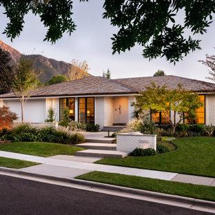 Inspiration för ett mellanstort vintage vitt hus, med allt i ett plan, tegel, valmat tak och tak i shingel