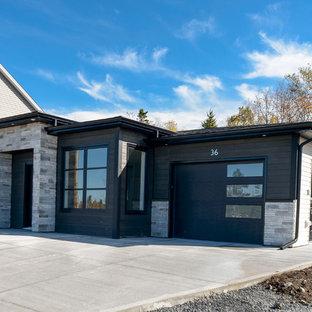 Ejemplo de fachada de casa negra, minimalista, pequeña, de una planta, con revestimientos combinados y tejado de teja de madera
