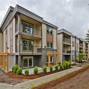 Idées déco pour un grand façade d'immeuble contemporain avec un revêtement en vinyle et un toit plat.