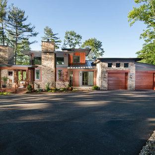 Modelo de fachada de casa multicolor, rústica, grande, de tres plantas, con revestimientos combinados, tejado de un solo tendido y tejado de metal