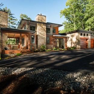 Großes, Dreistöckiges, Mehrfarbiges Uriges Einfamilienhaus mit Mix-Fassade, Pultdach und Blechdach in Sonstige