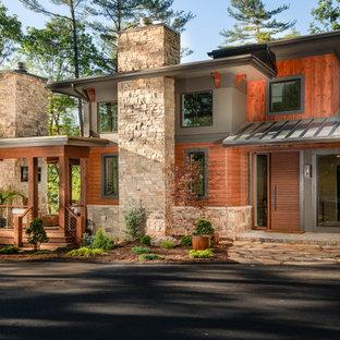 Diseño de fachada de casa multicolor, rústica, grande, de tres plantas, con revestimientos combinados, tejado de un solo tendido y tejado de metal