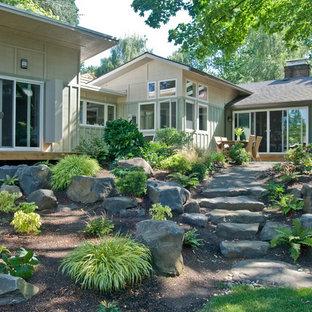 Imagen de fachada verde, vintage, de tamaño medio, de una planta, con revestimiento de madera y tejado de un solo tendido