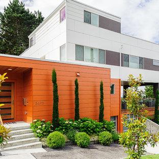 Идея дизайна: трехэтажный, оранжевый частный загородный дом среднего размера в современном стиле с плоской крышей