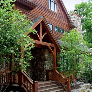 Idéer för att renovera ett stort rustikt brunt trähus, med tre eller fler plan och sadeltak