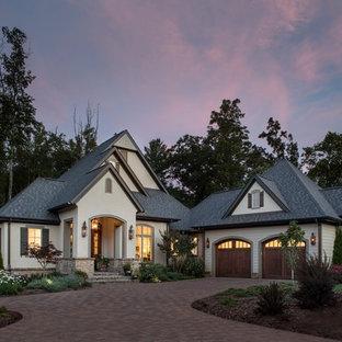 Idee per la facciata di una casa unifamiliare bianca contemporanea a due piani di medie dimensioni con rivestimenti misti, tetto a padiglione e copertura a scandole