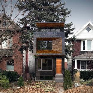 Modelo de fachada de casa negra, minimalista, pequeña, de tres plantas, con revestimiento de madera, tejado plano y tejado de varios materiales