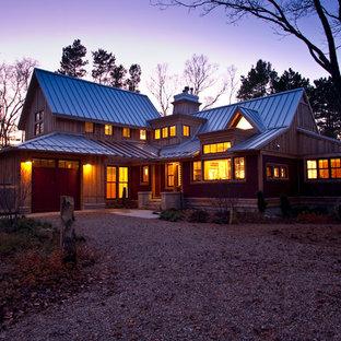 Großes, Zweistöckiges, Braunes Uriges Haus mit Mix-Fassade und Satteldach in Sonstige