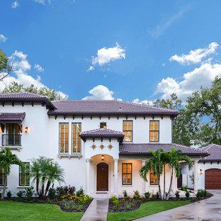 Zweistöckiges, Weißes, Großes Mediterranes Einfamilienhaus mit Walmdach, Putzfassade und Ziegeldach in Tampa