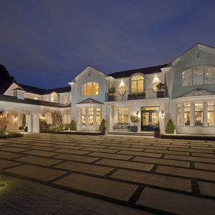 Modelo de fachada de casa blanca, costera, grande, de dos plantas, con revestimiento de ladrillo y tejado a dos aguas