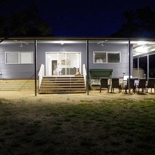 Imagen de fachada gris, minimalista, de tamaño medio, de una planta, con revestimiento de metal y tejado a dos aguas