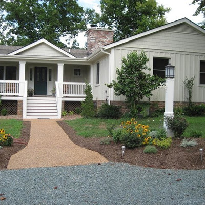 Example of a mid-sized classic white one-story vinyl exterior home design in Richmond with a shingle roof