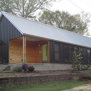 Ejemplo de fachada marrón, bohemia, pequeña, de una planta, con revestimiento de metal y tejado a dos aguas