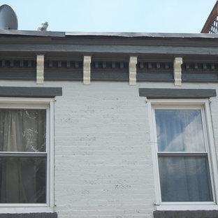Inredning av ett klassiskt mellanstort vitt lägenhet, med två våningar, tegel och platt tak