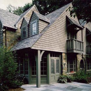 Modelo de fachada verde, tradicional renovada, de tamaño medio, de dos plantas, con revestimientos combinados y tejado a dos aguas